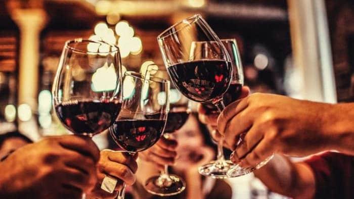 Verres a pied remplis de vin rouge tchinant.